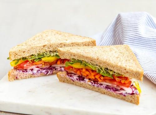 懶得煮、不想開伙,那麼就來做三明治或生菜沙拉當午餐吧!雞肉沙拉、鮪魚生菜全麥三明治,或是用個電鍋蒸蛋也不錯,很快速就能解決。不過別忘了,隱形殺手醬料類不要加太多,像是美乃滋的熱量超高啊!加太多,減肥計畫直接破功。