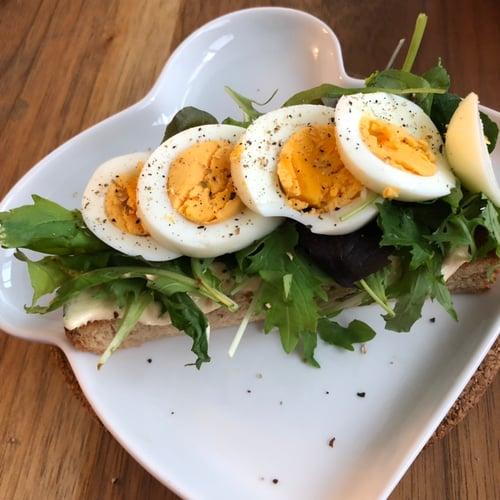 午餐-全麥麵包配水煮蛋和雞胸肉