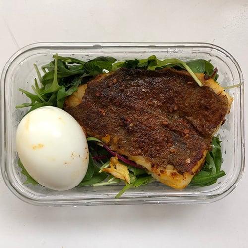 午餐-水煮蛋、煎鱸魚、生菜