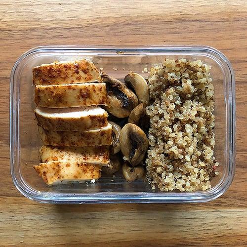 午餐-藜麥、炒蘑菇、烤雞胸肉