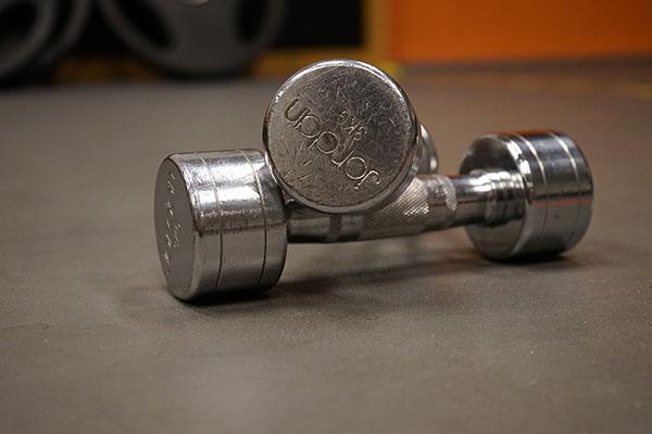 啞鈴是適合在家健身的器材