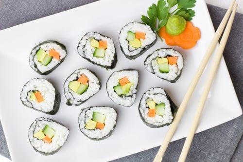 壽司的變化性也很大,除了常見的海苔飯捲,還有手捲、握壽司、豆皮壽司…等,重點是,壽司的米飯是抗性澱粉,低熱量外,吃了又有飽足感;而餡料的部分,可以選擇當季、新鮮的魚類,補充豐富的蛋白質、Omega3脂肪酸。而海苔壽司,外層的壽司營養高,脂肪低,長期吃可以增強免疫力、抗老,且降低心血管疾病的風險。