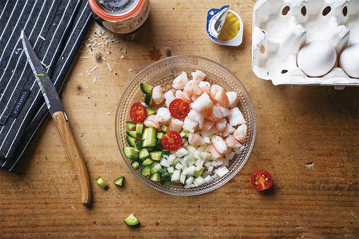 將蝦仁、番茄、黃瓜、紅洋蔥切碎。