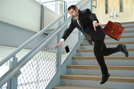 特別要注意下樓梯的走路方式,因為下樓梯容易傷膝蓋,一定要慢慢走、不搶快,如果膝蓋不好,或是過胖、中老年人…等,建議改為「上樓梯、下電梯」的方式,千萬別逞強,否則膝蓋會受不了。