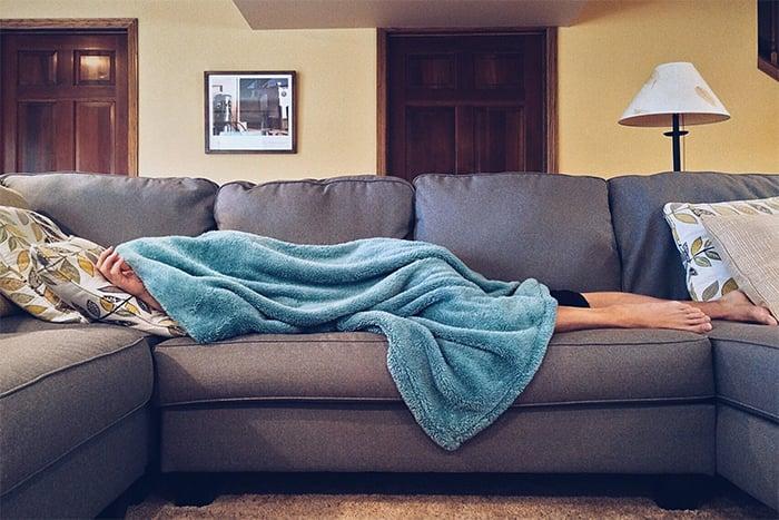 不運動 常躺在沙發上 可能導致血液循環不好 容易不孕