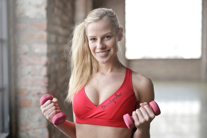 女生重訓練胸會讓上胸更飽滿、挺拔,視覺上也會看起來更豐滿。