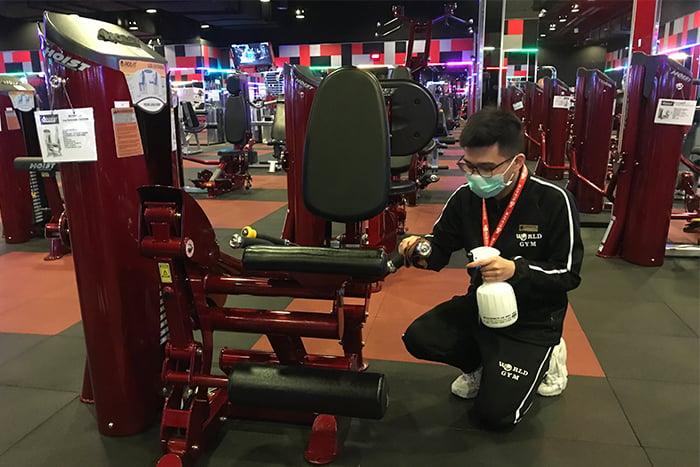 World Gym健身器材 每小時酒精消毒