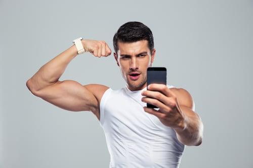 在健身房裡,總是會有一個自拍哥、自拍姐,除了一直照鏡子檢視自己的身體、拍一下今天訓練的成果,自拍族則是把手機開啟自拍模式,拍臉的比例都大過於身體了,甚至只拍半身、只拍頭,完全不像是來運動~而且還會到處找啞鈴、壺鈴、藥球或是大型健身器材…等,跟著健身設備一起合照,重點是一拍,就拍好久啊!
