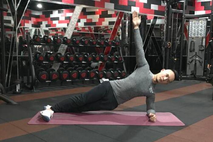 攀岩新手基本體能訓練建議-側棒式抬手