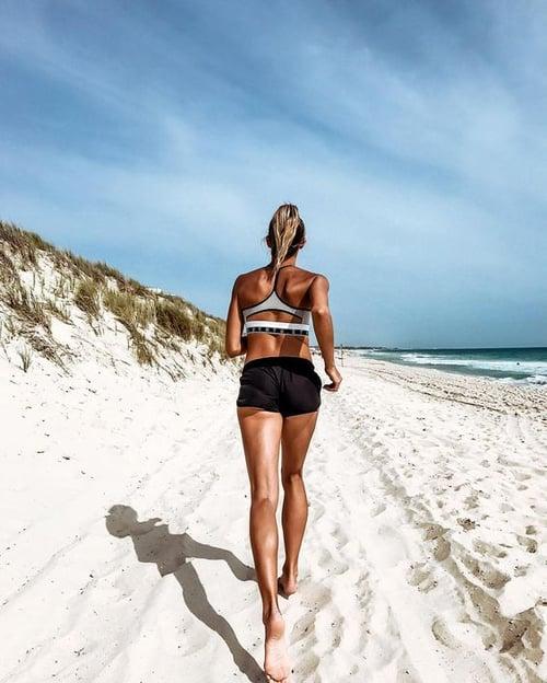 出門在外最不容易控制的就是熱量,根據旅遊業者的統計,有30%的旅客會比平常吃得更多,所以在假期中也會想趕快把卡路里消耗掉。另外,你知道現在旅遊最紅的打卡照是什麼?美食?No;美景?也不對,而是你的完美線條Body,同樣透過統計,不管在飯店健身房還是充滿陽光的沙灘上,26%年輕旅客都喜歡Po出健身照(比性感比基尼照更多喔!),都顯示出目前旅遊健身的熱度。