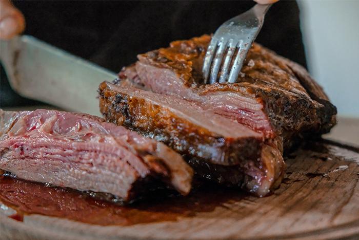 牛排裡的紅色湯汁不是流血喔!而是滿滿的肌紅蛋白