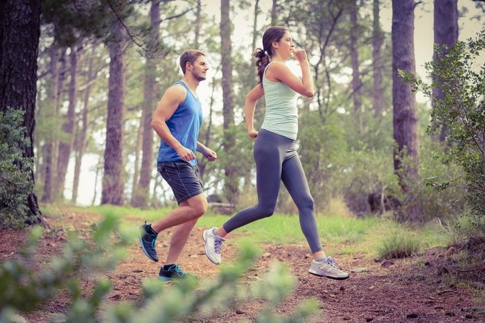 並肩比前後運動安全 前後跑步 保持4到5公尺距離