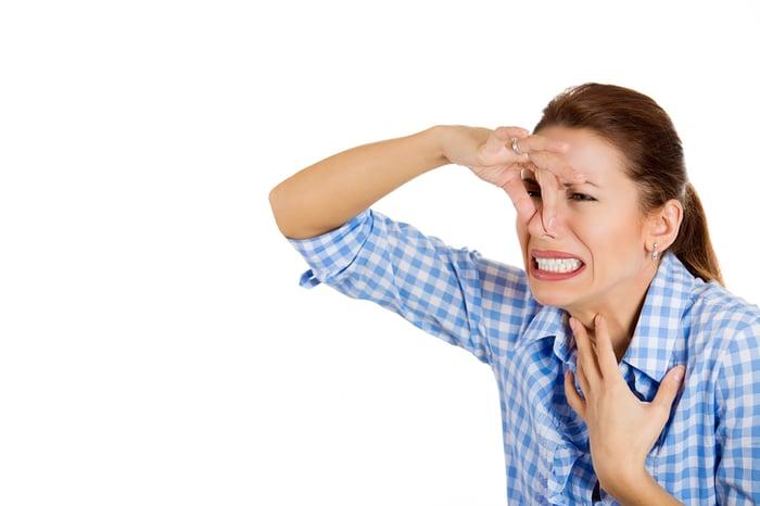 口臭 社交破局 阻礙人際關係 用手摀住鼻子 憋氣
