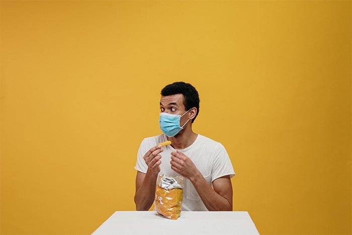 三餐想吃垃圾食物就吃,如果長期下來飲食不規律、亂吃東西,可能導致免疫缺陷。