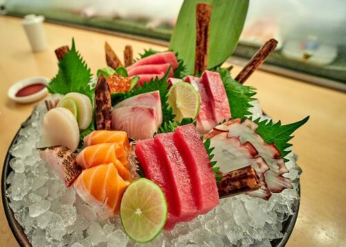 新鮮魚肉配上白蘿蔔絲和哇沙米,一口吃下去,哇!好好味~但是新聞上各種寄生蟲入侵體內的報導,也慢慢讓人卻步,要吃也要健康,呷生魚片之前做到這10件事,幫你大大減少病從口入的機會!
