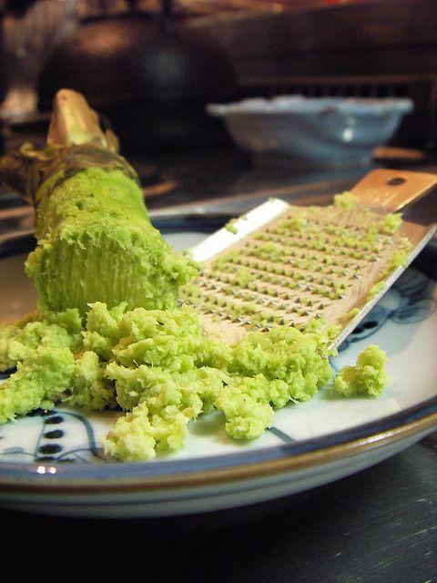 吃生魚片旁邊有一小碟哇沙米醬油是標配,不只能提味去腥,還有殺菌的功效~修但幾壘!這裡有一個很重要的觀念要修正,其實哇沙米(山葵)沒有殺菌作用,也不會消滅寄生蟲!頂多是抑制細菌生長的速度, 所以大家別再以為吃生魚片沾哇沙米就沒事,還是要注意食用量,以及魚肉處理方法有沒有適當。