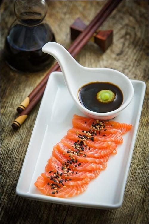 和壽司不同,刺身沒有其它配料和料理手法,當然魚肉新不新鮮,也更容易吃出來,所以刺身總是可以保持更高的新鮮程度。
