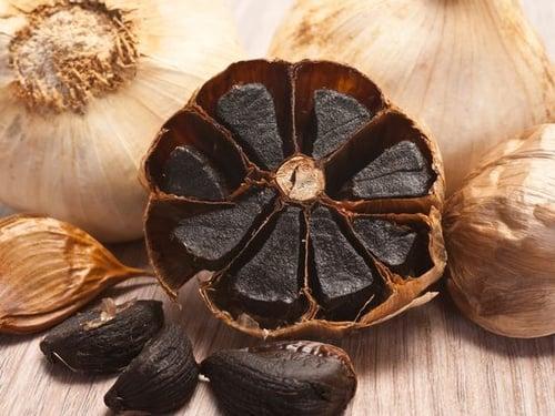 黑蒜頭不是新品種,而是利用新鮮蒜頭在高溫潮濕的環境下,經過2~3個的熟成產生的,外表看起來黑黑亮亮的,所以被稱為黑蒜,它去除了大蒜本身的辛辣味,反而增加了甜味,口感也變得柔軟,直接生吃也沒問題。