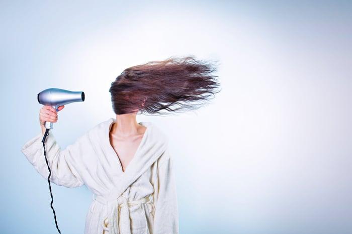 吹頭髮 吹風機的使用方式 順開髮絲邊吹頭髮