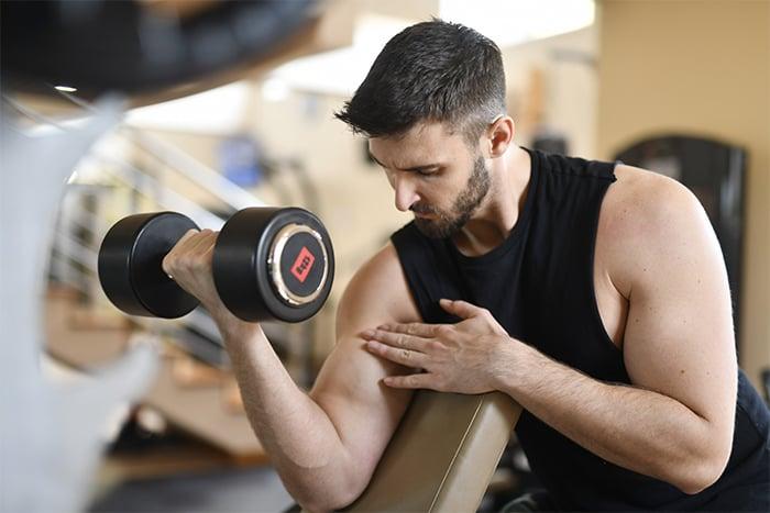 啞鈴 自由重量 二頭肌 自由調整負重程度 摸索肌肉張力 自主規劃訓練時間