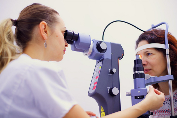 定期檢查視力 避免眼中風
