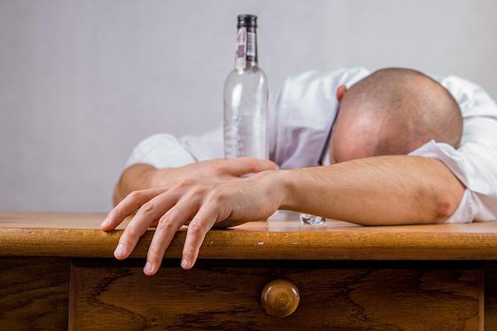 宿醉 喝酒 頭痛 想吐 全身無力