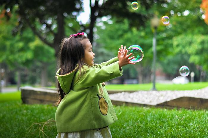 學者們建議多讓孩子到戶外走動,親近土壤和動植物來增強抵抗力。