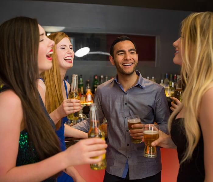 尾牙 春酒 多跟旁邊的人聊天 拓展人脈 看帥哥美女 大飽眼福 順便減肥 認識新朋友 擺脫魯蛇封號