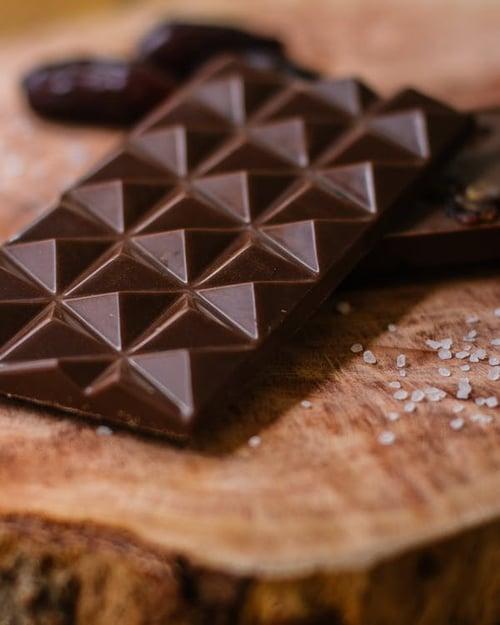 巧克力的好,不是只有狂吃就有用,還是要記住這個準則「適量吃」與「選高純度黑巧克力」才是健康食用,以下就列出4大點巧克力的挑選撇步。