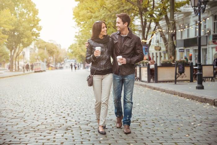 情人散步 牽手 走走 促進消化 消耗熱量