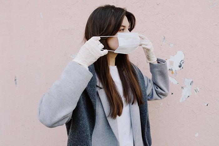 戴口罩 使用過的口罩放到塑膠袋裡 酒精消毒後綁起來