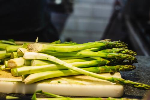 蘆筍不只是天然壯陽藥,煮成蘆筍水再加蜂蜜、檸檬,變身超強大的消水腫飲料!主持人于美人就靠這味2周甩肉3公斤,「蔬菜之王」優點多,蘆筍讓人不得不愛~