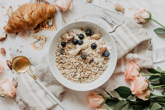 10大早餐減脂菜單-燕麥優格+新鮮藍莓+1個司康
