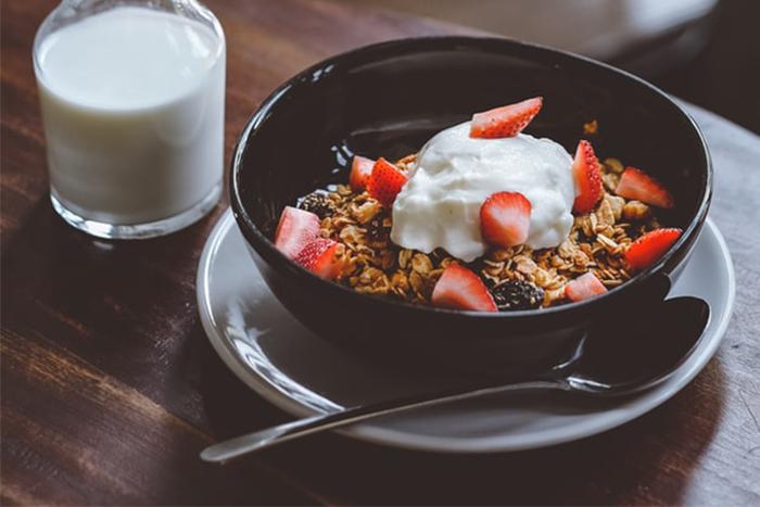 10大早餐減脂菜單-無糖燕麥片+鮮奶+一碗莓果