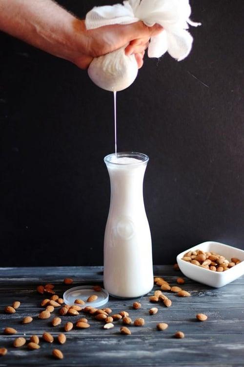 那植物奶怎麼製成的呢?和擠牛奶不同,手續可多了!要先把原料–種籽,清洗後浸泡再磨成漿,為了讓口感更好,通常會過濾一遍,最後加熱豆汁到煮沸才算完成。