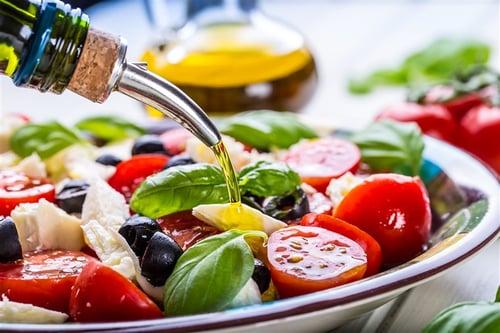 好壞各參半,是最保險也是最健康的吃法,因為減肥最忌諱的是只靠單一吃法,不僅減肥容易破功,也不健康,這樣攝取不到另外好的營養成分,所以說建議可以交叉搭配。舉例來說,關於油脂類的飲食分配,早上吃酪梨沙拉,中午吃豬油拌飯,晚上吃檸檬鮭魚,油脂種類與份量平均分配,比較健康。