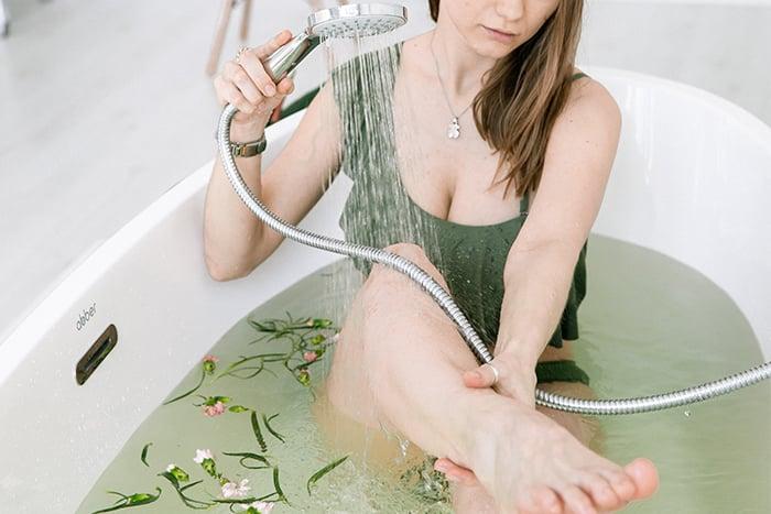 泡腳溫度 用手測試水溫 分次加熱水 維持水溫