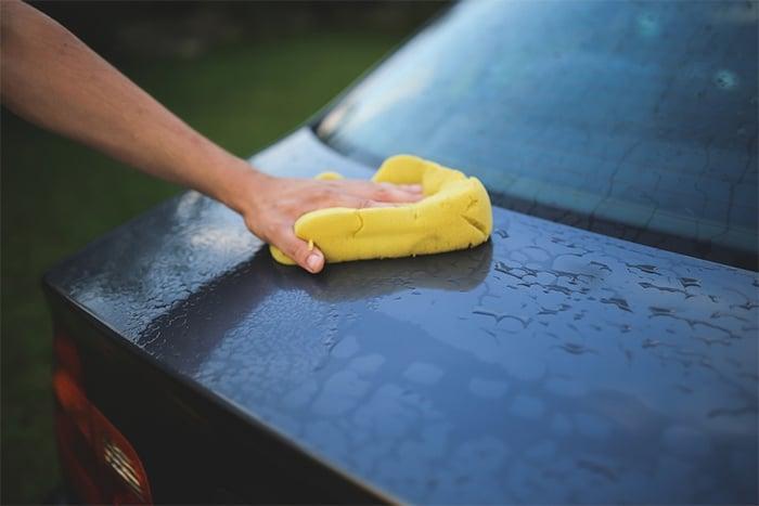 洗車用海綿或抹布代替水沖