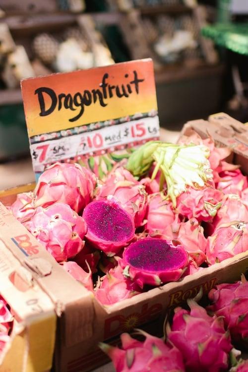 紅豔豔的火龍果因為顏色,以及突起的外皮像龍鱗片而得名,特別的形狀和大量的膳食纖維、維生素…等營養,讓它受到大眾的歡迎。不過你知道吃這健康的水果也有禁忌嗎?