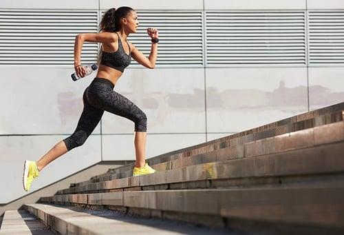 樓梯間,就是我的健身房!想要運動不設限,每天爬樓梯就是選項,而且爬樓梯減肥的燃脂效果「大勝」健走3倍,只要利用零碎時間、捨棄搭電梯,每天爬樓梯,也是維持運動習慣的小資方式。