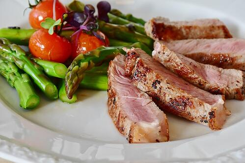 減肥族的菜單選擇,不只雞胸肉、里肌肉,事實上也很推薦吃牛排!除了美味又能補充鐵質,近期有研究指出,把牛排跟蕎麥麵拿來相比,想瘦的要瘦的、請吃牛排,決勝關鍵就在於「醣分攝取」。