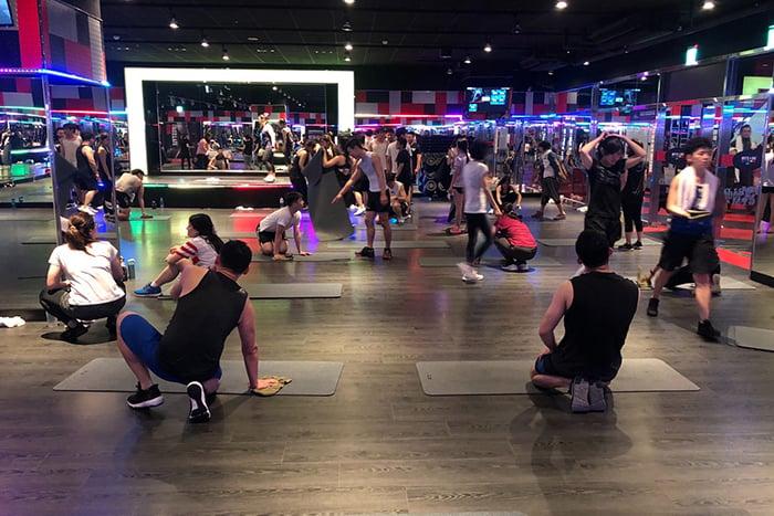 挑冷門時段的團體有氧課程 瑜珈墊酒精消毒