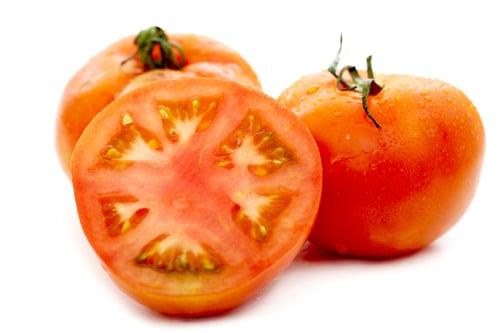 瘦身有成的藝人小禎,狂推「番茄」是養顏、瘦身的優質食物!番茄不但熱量低,吃了又有助飽足感,能預防暴飲暴食、減少食物吸收。重點是,番茄含有豐富的「茄紅素」,是超強的抗氧化劑,適量攝取能改善膚況、去痘痘肌,以及抗發炎的作用。