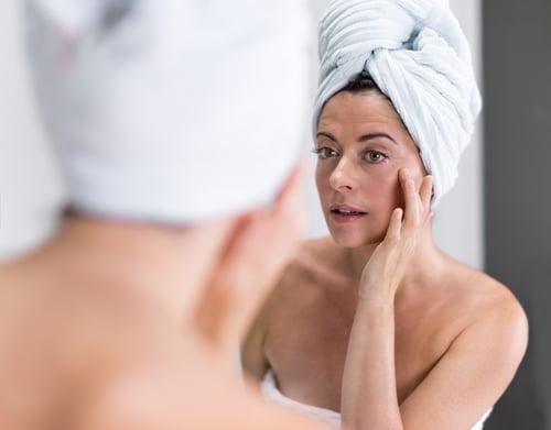 油脂攝取不夠充足,會影響脂溶性營養素吸收,而身體缺乏維生素A,易導致皮膚乾燥粗糙;維生素E不夠,則沒有抗氧化的功效,使得細胞老化,造成皮膚會看起來沒有光澤,而是乾澀、蠟黃又蒼老,皮膚老化的程度變嚴重。