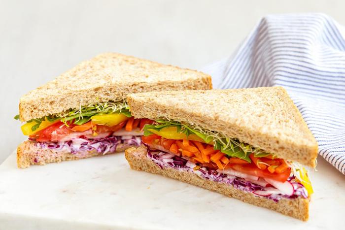 懶得煮、不想開伙,那麼就來做三明治或生菜沙拉當午餐吧!