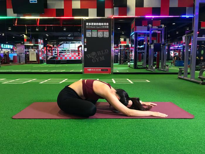 睡前瑜珈助眠排毒-盤腿前彎