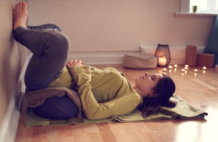 平常上班壓力大,晚上睡覺總是翻來覆去睡不著?或者是天天都在加班,一下班就只想回家休息、不想運動?現在有號稱最懶惰的燃脂運動「睡前瑜珈」,不僅能幫助你一覺好眠,還能輕鬆瘦身!