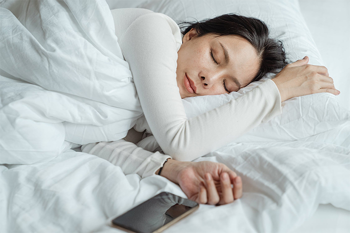 8招提升身體代謝-睡前不滑手機