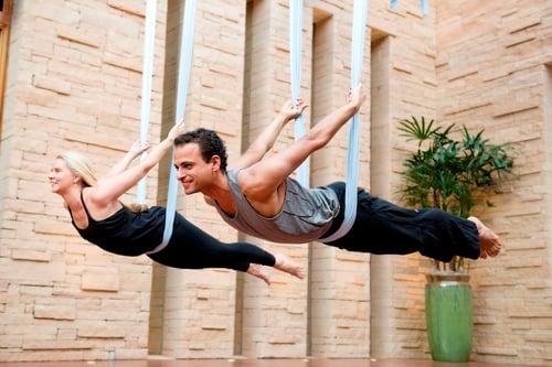 相信很多男生一定覺得空中瑜珈「太仙女」了,男生做感覺很奇怪。事實上,是男生們想太多!空中瑜珈不管男女都適合,雖然表面上看起來很優雅、很柔性,但其實空中瑜珈跟重訓相比,耗費的體力不相上下,做完之後也會讓你飆汗。