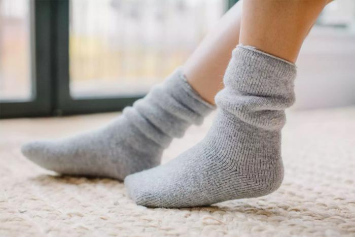 擺脫腳跟龜裂保養方法-穿襪子